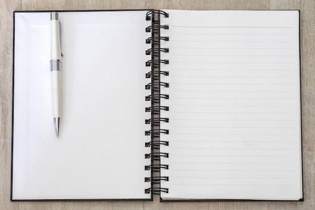 Memo del libro bianco linea a strisce aperta vuota con penna bianca
