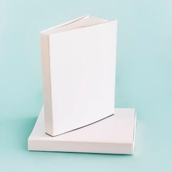 Composizione di libri bianchi