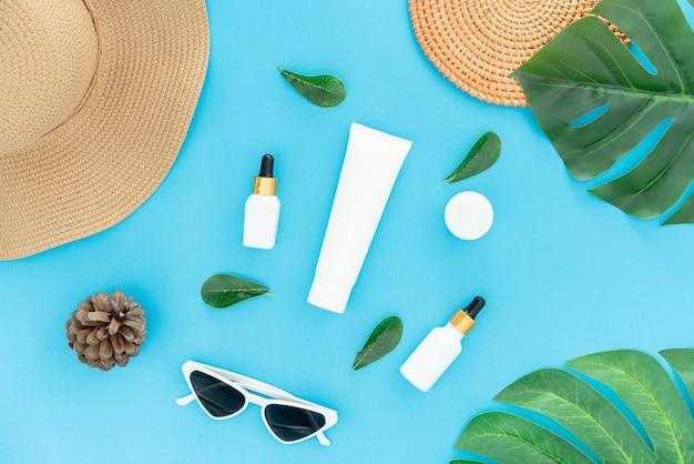 Crema da bottiglia bianca, modello del marchio di prodotti di bellezza. vista dall'alto sul muro blu