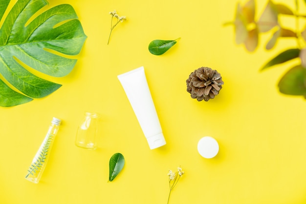 Crema per bottiglia bianca, mockup del marchio di prodotti di bellezza.
