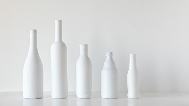 Bottiglie bianche su sfondo bianco decorazione in stile minimal