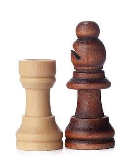 Pezzi degli scacchi in legno bianco e marrone su sfondo bianco