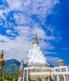Buddha bianco in tempio di wat phra that pha son kaew a phetchabun tailandia