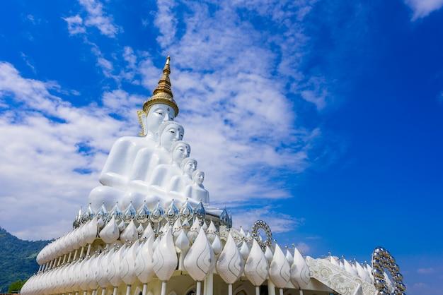 Buddha bianco in wat phra that pha son kaew