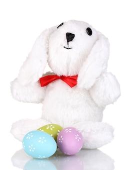 Coniglietto bianco con uova di pasqua isolate su bianco