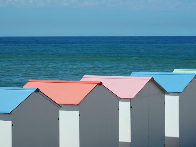 Cabanas bianche con tetti color pastello sulla costa di le treport francia