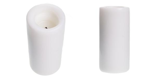 Candela bianca su sfondo bianco isolato. decorazione per l'aromaterapia domestica