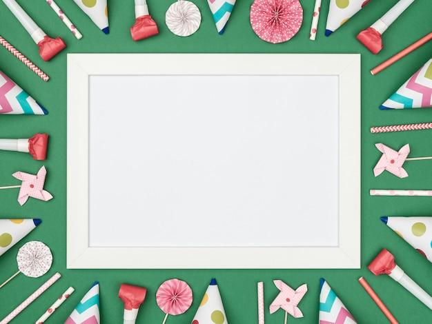 Carta bianca su superficie verde