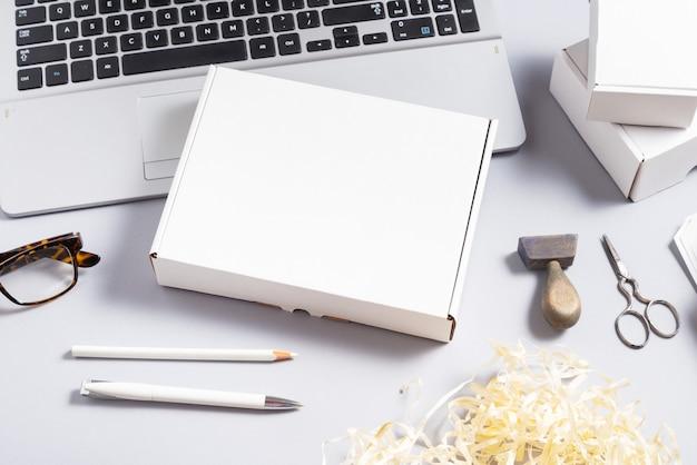 Scatola di cartone bianca sulla scrivania in ufficio