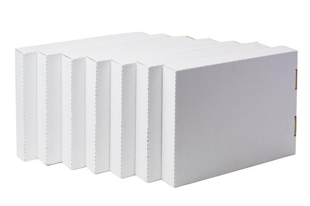 Scatole di cartone bianche isolate su bianco