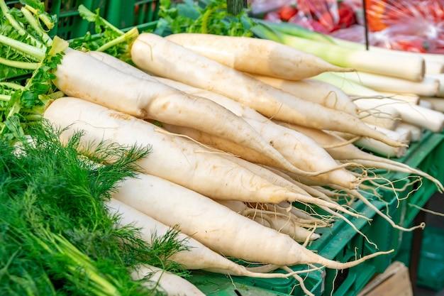Carota bianca in un mercato agricolo in vendita. verdura.