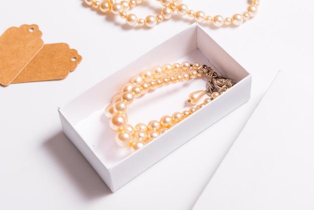 Scatola di cartone bianca per gioielli fatti a mano