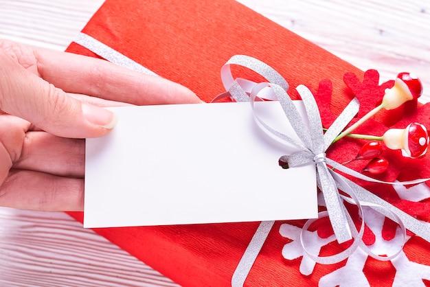 Etichetta in cartone bianco lavel sulla confezione regalo di natale
