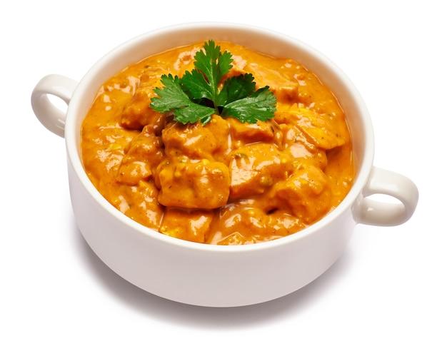 Ciotola in ceramica bianca di pollo al curry tradizionale isolato
