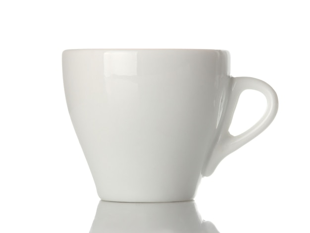 Tazzina da caffè in ceramica bianca, forma classica per fare il caffè. su sfondo bianco isolato. avvicinamento.