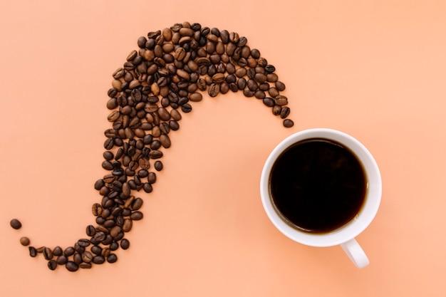 Tazza di caffè in ceramica bianca, chicchi di caffè tostati a forma di vapore da caffè caldo.