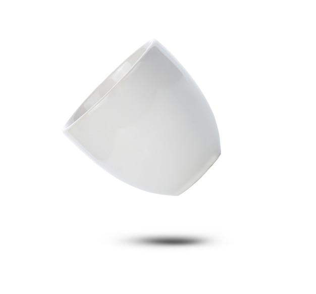 Tazza in ceramica bianca su sfondo bianco.