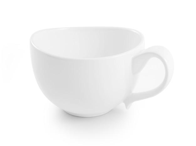 Tazza in ceramica bianca su sfondo bianco