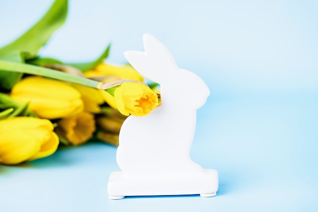 Coniglietto di pasqua in ceramica bianca e tulipani gialli
