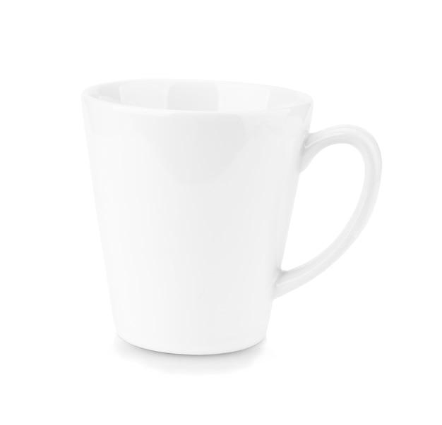 Tazza in ceramica bianca, vuota, isolata su uno sfondo bianco