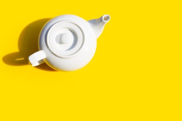 Teiera in ceramica bianca. copia spazio