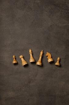 Pezzi degli scacchi bianchi su sfondo scuro