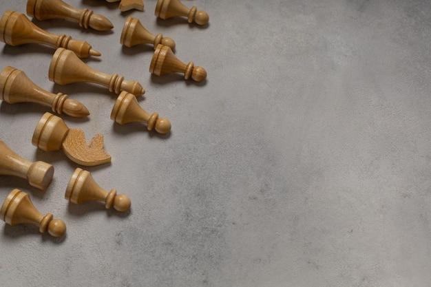 Pezzi degli scacchi bianchi su sfondo chiaro