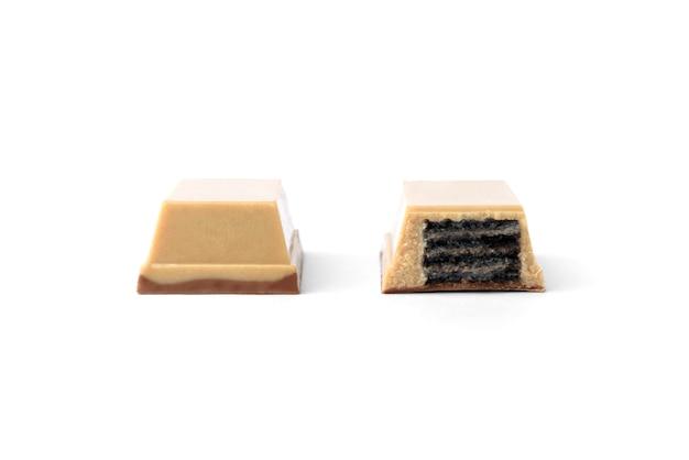 Barretta di cioccolato bianco con waffle nero isolato su sfondo bianco. wafer nero al cioccolato bianco.