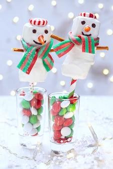 Pupazzo di neve marshmallow immerso nel cioccolato bianco per natale
