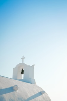 Chiesa bianca contro il cielo blu nell'isola di santorini, oia, grecia