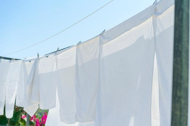I vestiti bianchi si asciugano su una corda