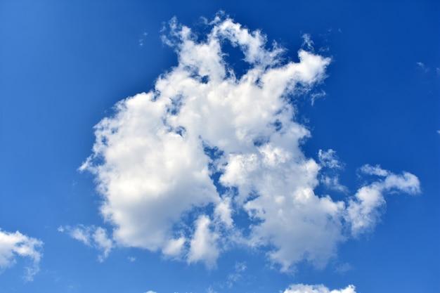 Nuvola bianca sul cielo azzurro