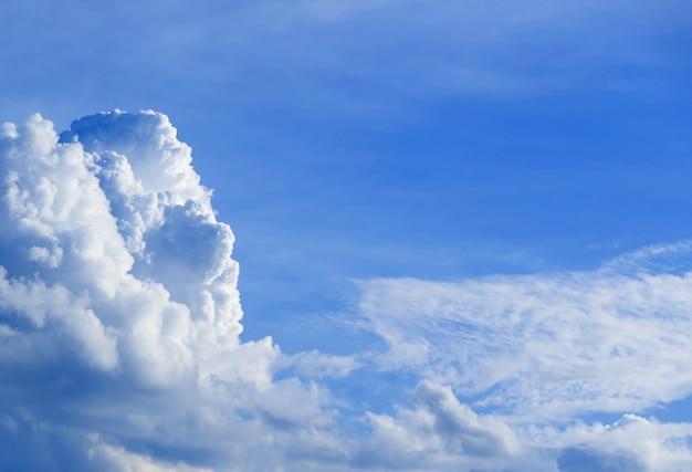 Strati di nuvole bianche che galleggiano sul cielo azzurro