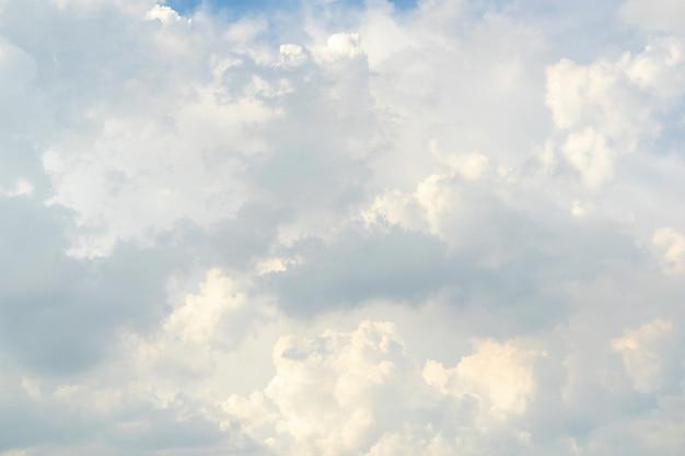 Modello e struttura della nuvola bianca. cielo morbido e nuvole alla luce del giorno. sfondo astratto naturale all'aperto.
