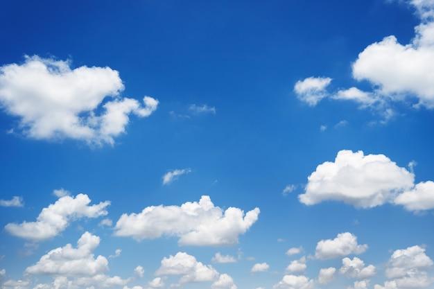 Nuvola bianca con sfondo azzurro del cielo