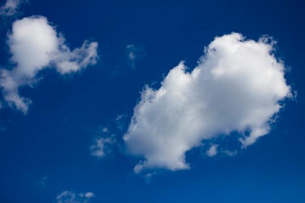 Nuvole bianche su sfondo blu cielo. giornata estiva nuvolosa soleggiata.