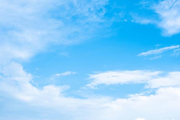 Nuvole bianche nel bel cielo azzurro.