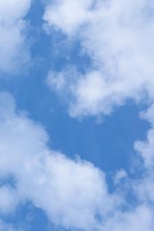 Nuvole bianche nel cielo azzurro come sfondo.