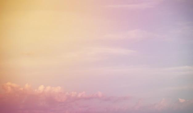 Nuvole bianche in un cielo azzurro color tramonto estate