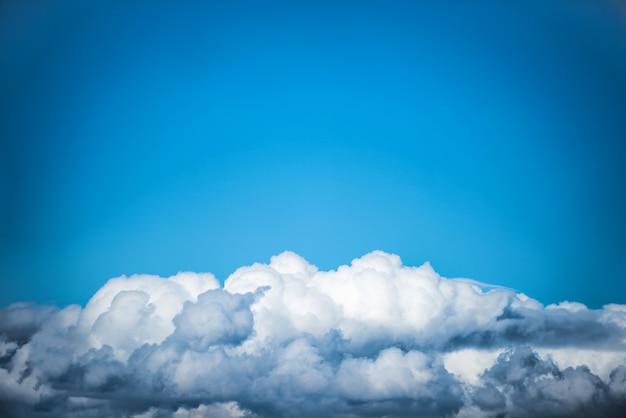 Nuvole bianche nel cielo blu. sullo sfondo della natura