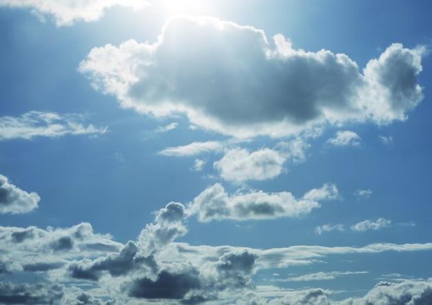 Nuvole bianche nel cielo azzurro