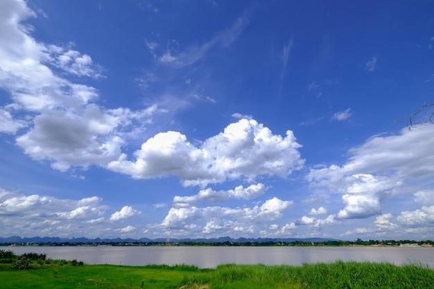 Nuvole bianche e cielo blu
