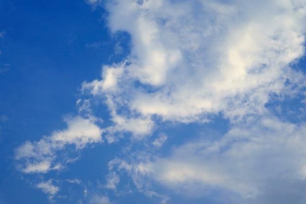 Nuvole bianche che galleggiano sul cielo blu