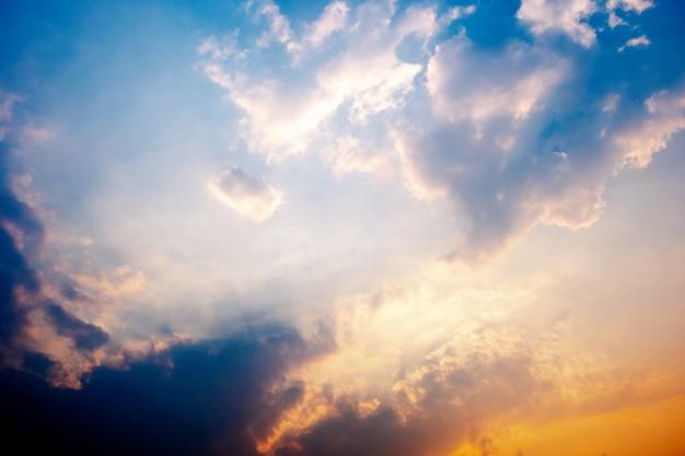 Nuvole bianche nel cielo dorato di sera.