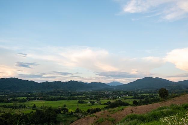 Le nuvole bianche hanno una forma e una montagna strane, il cielo e lo spazio aperto hanno montagne sottostanti, nuvole che fluttuano sopra le montagne.