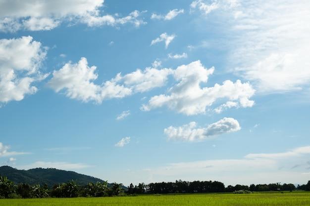 Le nuvole bianche hanno una forma e una montagna strane. il cielo e lo spazio aperto hanno montagne sottostanti. le nuvole galleggiano sopra le montagne.