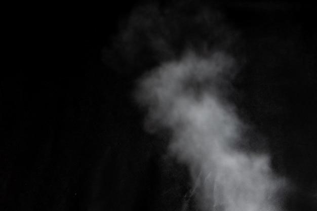 Nuvole bianche di vapore di fumo isolate su sfondo nero. l'effetto magico della polvere nebbiosa, che può essere utilizzato durante l'applicazione e la modifica della loro trasparenza.