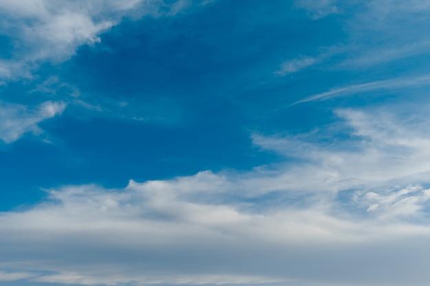 Nuvole bianche si stendevano nel cielo azzurro in una calda giornata di sole