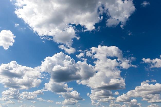 Nuvole bianche con grigio nero con tracce sullo sfondo del cielo azzurro, paesaggio estivo