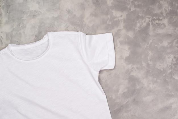 Maglietta della vernice di colore bianco con lo spazio della copia. mockup di t-shirt, piatto lay.
